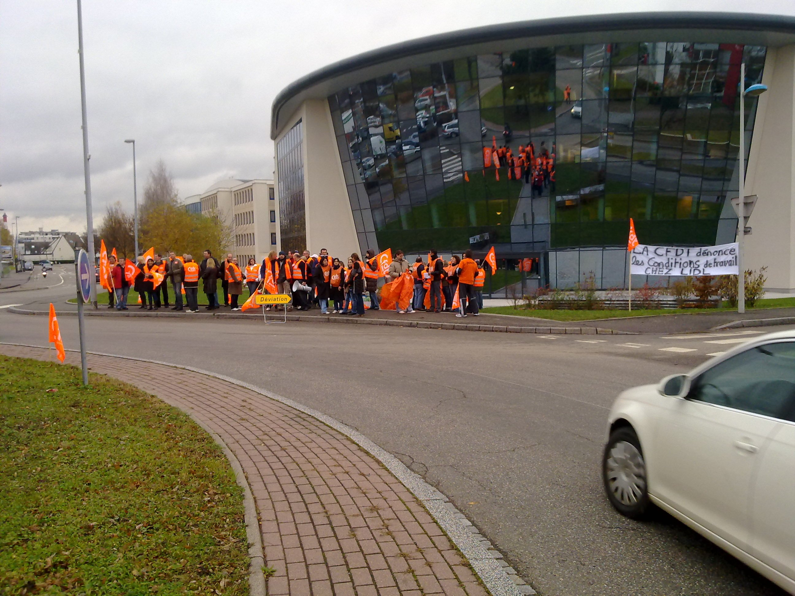 La CFDT LIDL bloque le siège sociale pour dénoncer la dégradation des conditions de travail chez LIDL 16112010038