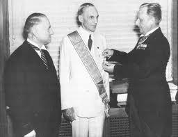 Henry-Ford-recevant-la-Croix-de-LAigle